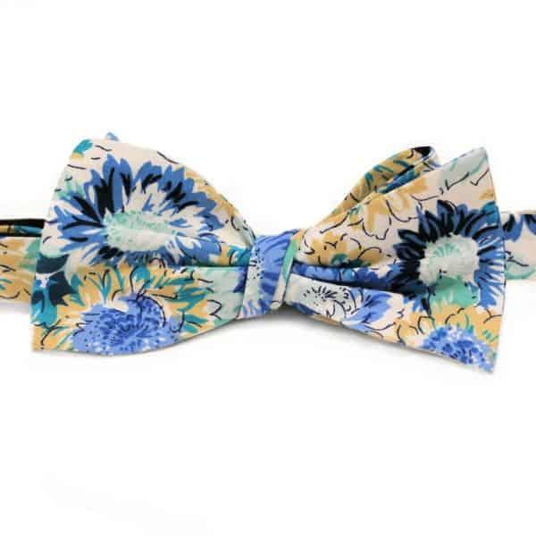 Modrý viazací motýlik s kvetovaným vzorom