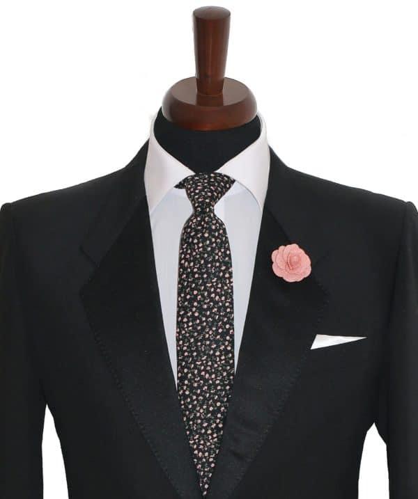 Čierna kravata so šípkovým vzorom