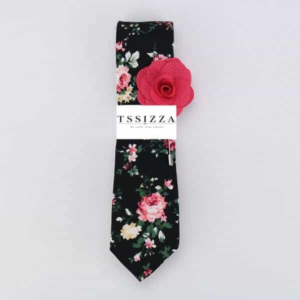 Čierna kvetovaná kravata s ružovou ozdobou do klopy