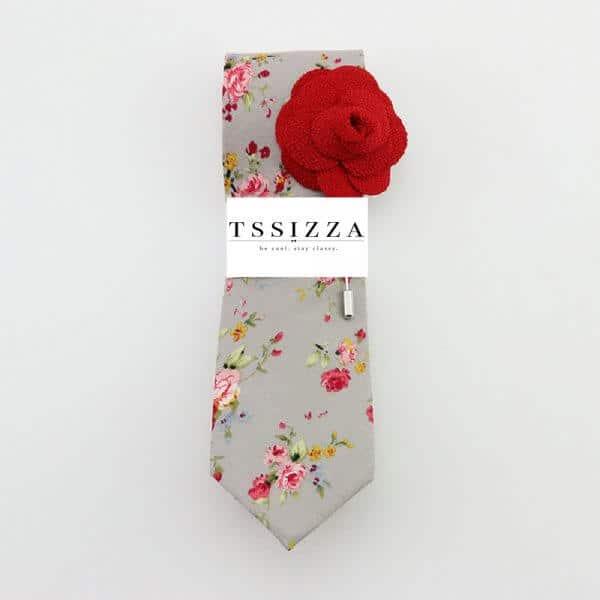 Šedá kvetovaná kravata s červenou ozdobou do klopy