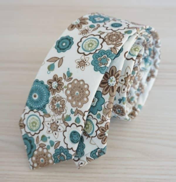 Pánska vzorovaná kravata s kvetinami