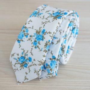 Pánska kravata biela s modrými kvetmi
