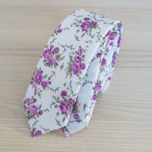 Biela pánska kravata s fialovými kvetmi