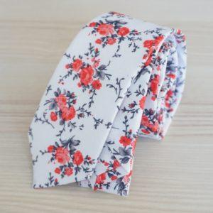 Biela pánska kravata s červenými kvetmi