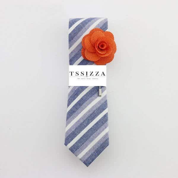 Modrá pásikavá kravata s oranžovou ozdobou do klopy