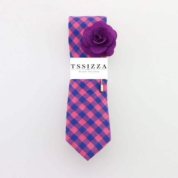 Ružovo modrá károvaná kravata s fialovou ozdobou do klopy