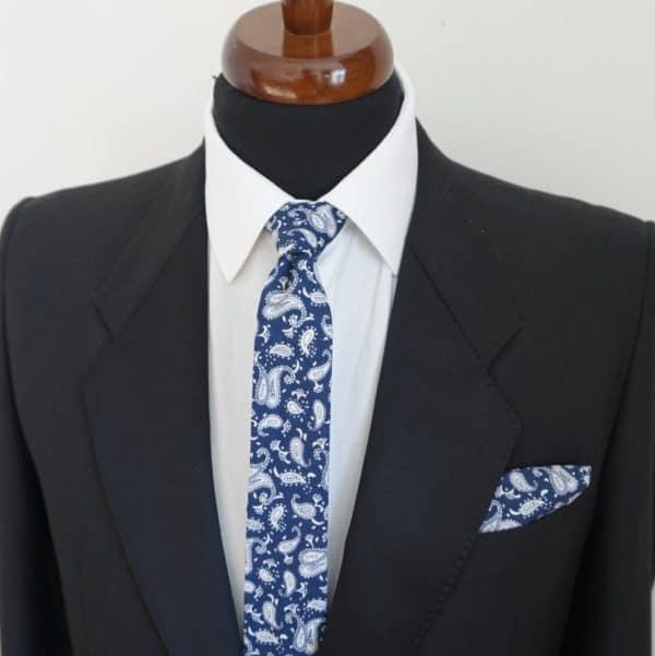 Tmavomodrá vzorovaná vreckovka bavlnená
