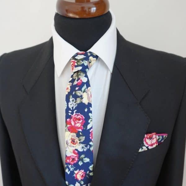 Tmavomodrá kvetovaná vreckovka s ružovým lémom