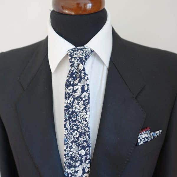 Tmavomodrá bavlnená kravata s bielymi kvetmi
