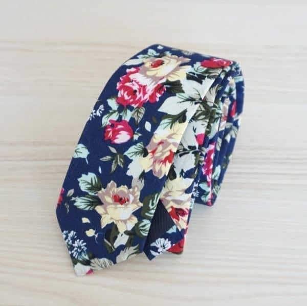 Tmavo modrá pánska kravata s kvetmi