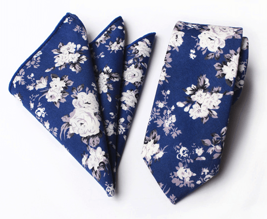 Modrá bavlnená kravata s bielymi kvetmi a vreckovkou