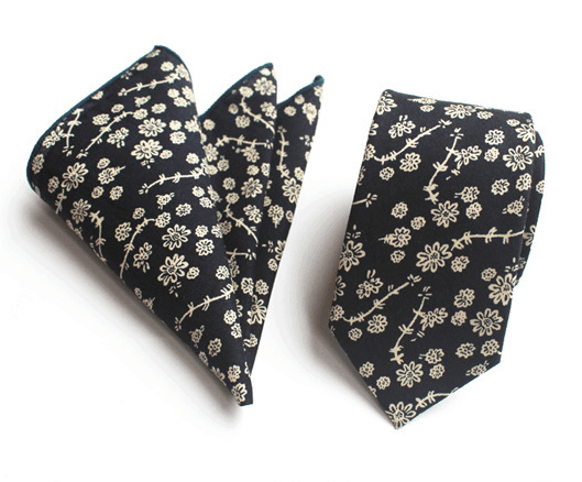 Tmavomodrá bavlnená kravata s bielymi kvetinami a vreckovkou